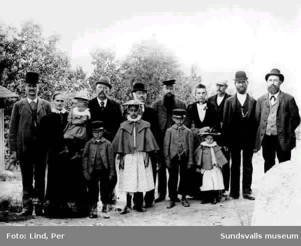 """Gruppbild med nio vuxna och fem barn ( """"Erikssons i Ånge""""?) 1898."""