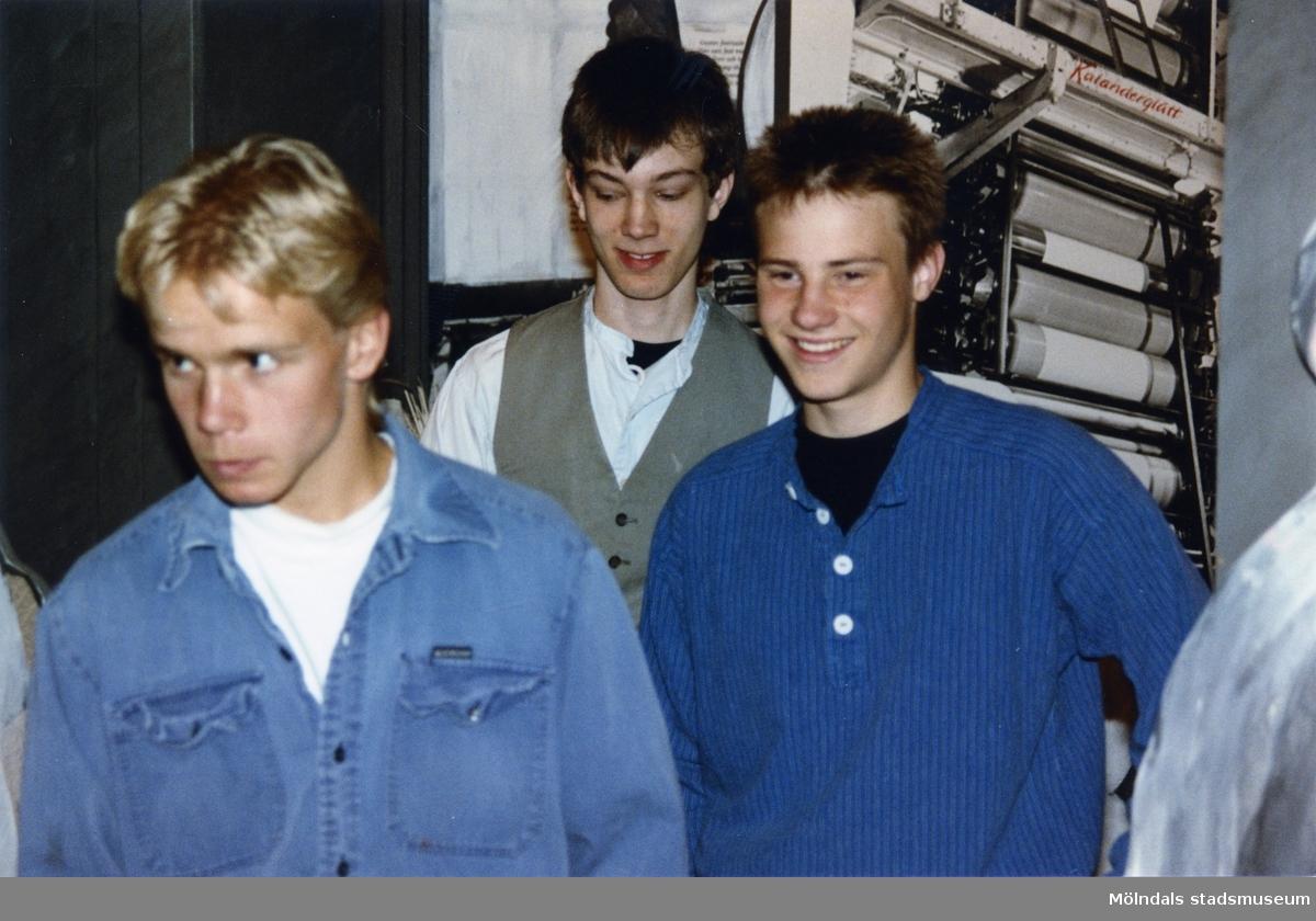 """Foton från projektet """"Museet - ett scenrum"""", 1990-tal. Klass 8A från Kvarnbyskolan dramatiserar i utställningen """"Andra skiftet går på"""" med Papyrus historia som var en del av Mölndals museums basutställning t.o.m. år 2001."""