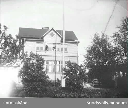 Bild 1: Förvaltare Waldemar Neuman (till vänster) och kassör August Nilsson vid Nya Söråkers sågverk. En av damerna är  fru Anna Neuman. Bilden är tagen i förvaltare Neumans matrum.