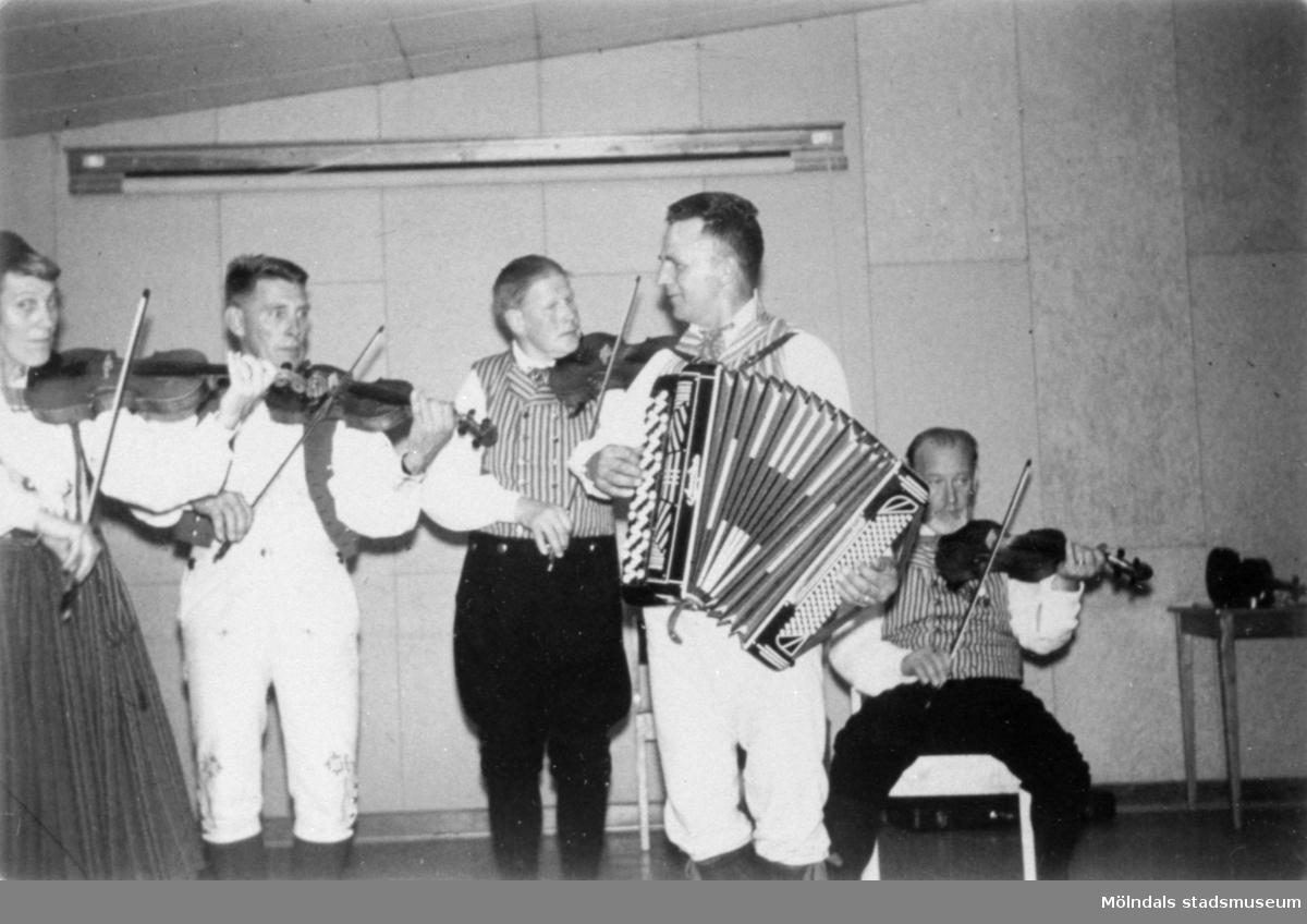 Spelning på ett bröllop i Lundby, Hisingen 1968. Sonja Lindeberg, Åke Andersson, Gustaf Svensson, Tore Straus och Ingmar  Holst.