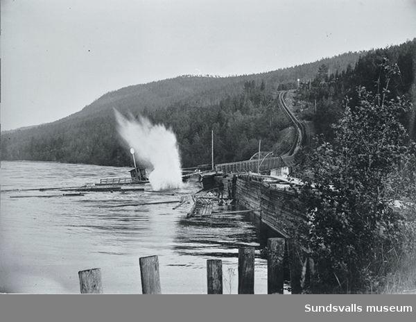 Glimårännans mynning vid Indalsälven. Timmerrännan var slutstation på transportleden Ljungå-Indalsälven. Därefter vidtog flottning till lastageplatsen i Berge. Rännan var i bruk sista gången 1920.