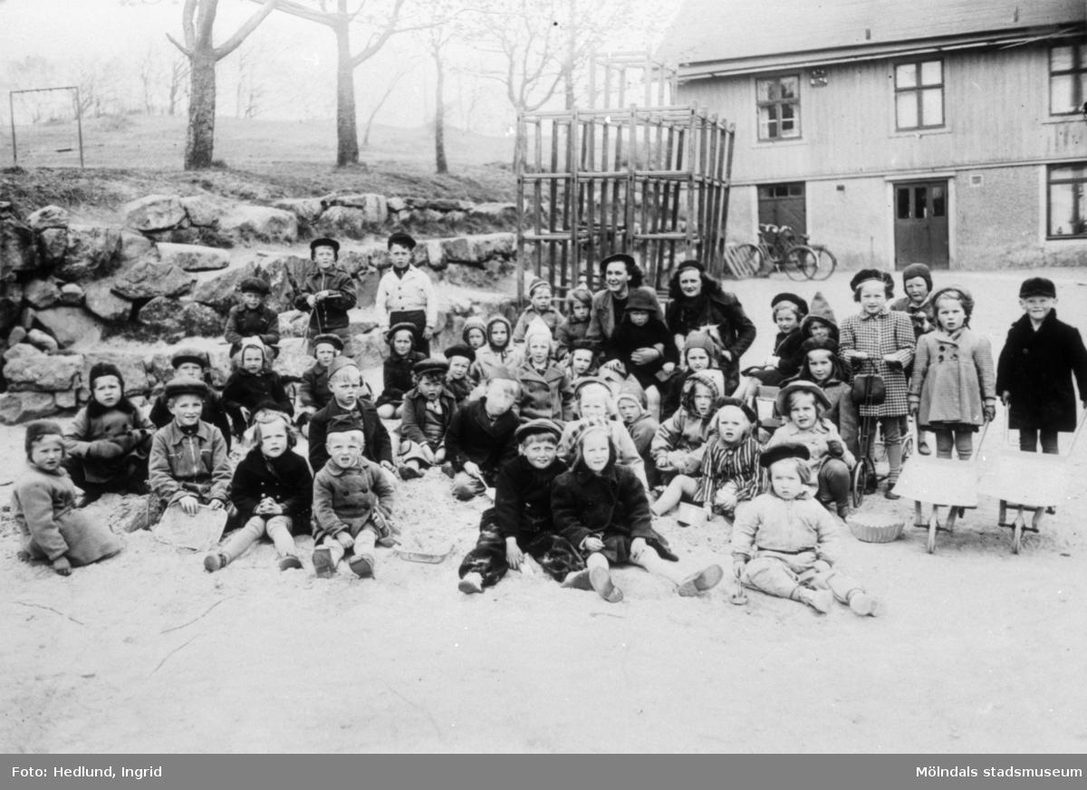 Bosgårdens barnträdgård 1938-1945. Två lärare och barn. Läraren till höger är Anna Edström (gift Collin). Anna blev senare föreståndare för Danska vägens daghem.