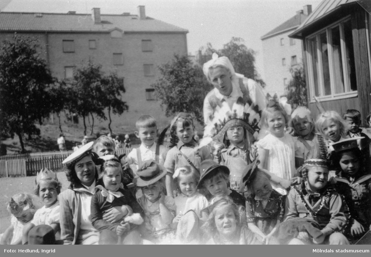 Guldheden 1948. Lärare och barn. Glassfest med utklädsel.
