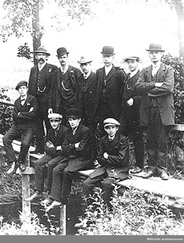 Annestorp i Lindome. Helgdag. I huvudsak arbetare vid fabriken, i övrigt folk från byn. Ca 1920-talet.