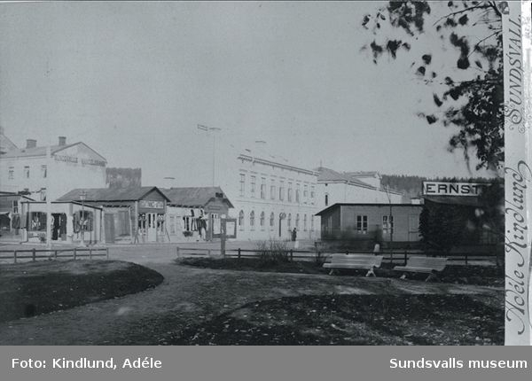 Hörnet av Storgatan-Strandgatan. Tullhuset mitt i bilden. Obs! Sundsvalls Handelsbanks hus ligger på Sjögatan. I förgrunden park.