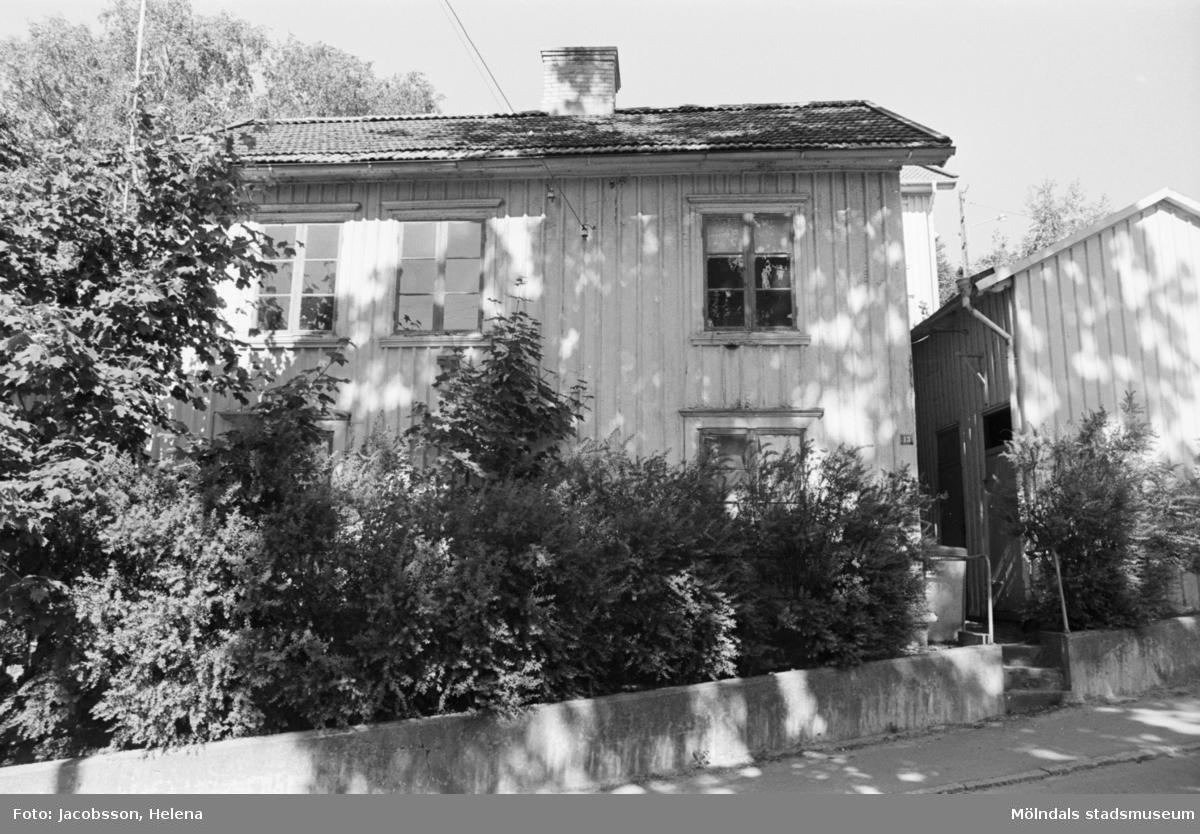 Roten M 9, årtal okänt. Exteriör dokumentation av trähus med plåttak.