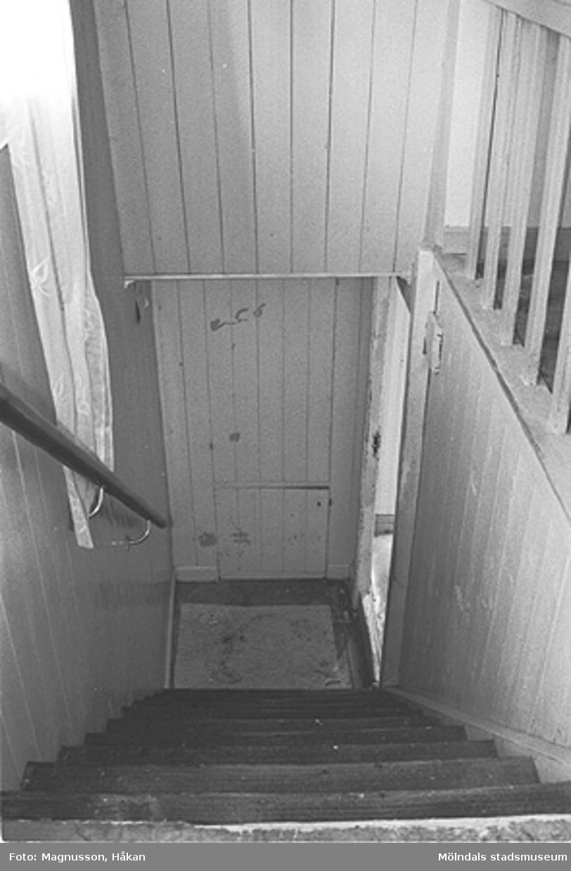 En trappa som tillhör bostadshuset på Våmmedal 2:9, 3:2 och 3:3 i Kållered, september 1991.