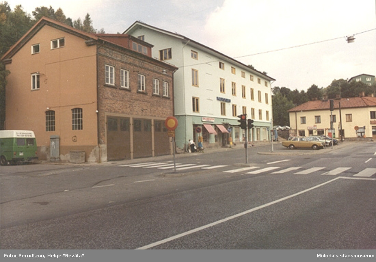 Gamla torget med brandstationen (Viktualieföreningens hus) till vänster (nuvarande konstnärsförening och replokal) och f.d stadshuset till höger (senare musikskolan). 1970-talet