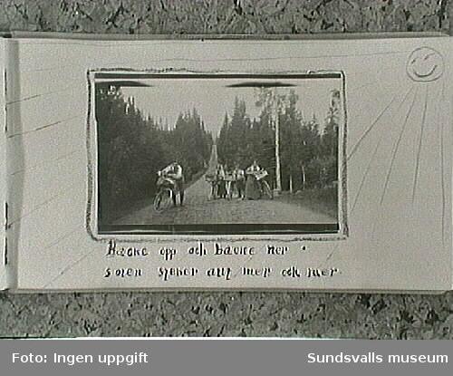 Cykelsemester på skogsväg. Gunnar, Maja, Tage, Lisa. Amatörfotografier ur fotoalbum från resa med cykel till Trondheim, Norge, sommaren 1915. Maja Braathen, Gunnar Johansson, Tage, Atti, Lisa.