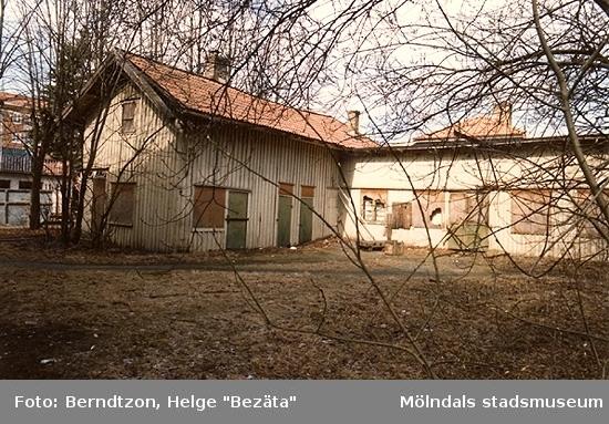 """Uthuset bakom f.d. Karlssons mejeri på Frölundagatan. """"Mjölkekarlssons"""" kallat där bl.a. originalet """"Pilo"""" var mjölkutkörare både med häst och senare med bil. Det var han som hade """"mjölk i kängorna"""" enär han hade dåligt förvrängda fotsulor. Men han var en glad """"skit"""". Fotot är taget i maj 1986."""