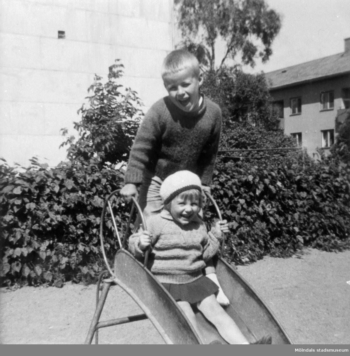Barnen Torbjörn och Carina vid en rutschkana på Brunnsgatan, 1965. Barnen är syskon samt Dahlbjörks barnbarn.