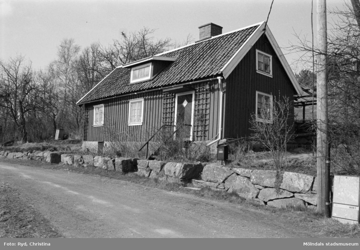 Byggnadsdokumentation av villa och tomt på Apelgården 1:17, Kålleredsgårdsvägen 14 i Kållered, 1992.
