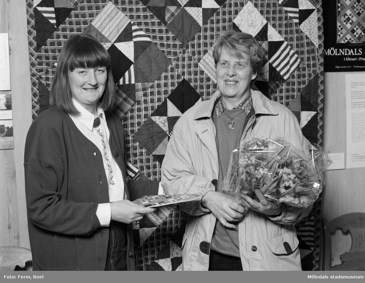 """Interiörbilder från Mölndals Museums utställning """"Lapptäcken, en kulturskatt"""" 1 feb - 29 mars 1992. Mari-Louise Olsson, museichef (1987-2008) och den 5000:e besökaren, Gertrud Eide."""