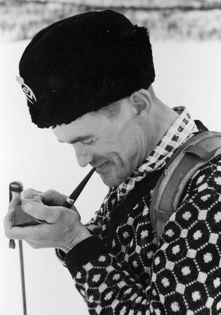 Lantbrevbärare Hugo Lundmark röker pipa. Hugo Lundmark var från Jäckvik, och arbetade som (skidåkande) lantbrevbärare på linjen Jäckvik - Merkenis (60 km.) April 1952.
