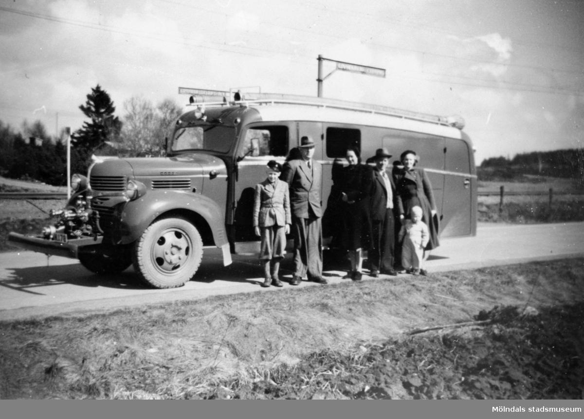 Andra brandbilen för borgarbrandkåren (Dodge köpt 1951) vid järnvägskorsning i Lindome 1951. Bland personerna på bilden är minstingen Bengt Karlsson (f 1949), brodern Rolf och Elis Andersson.