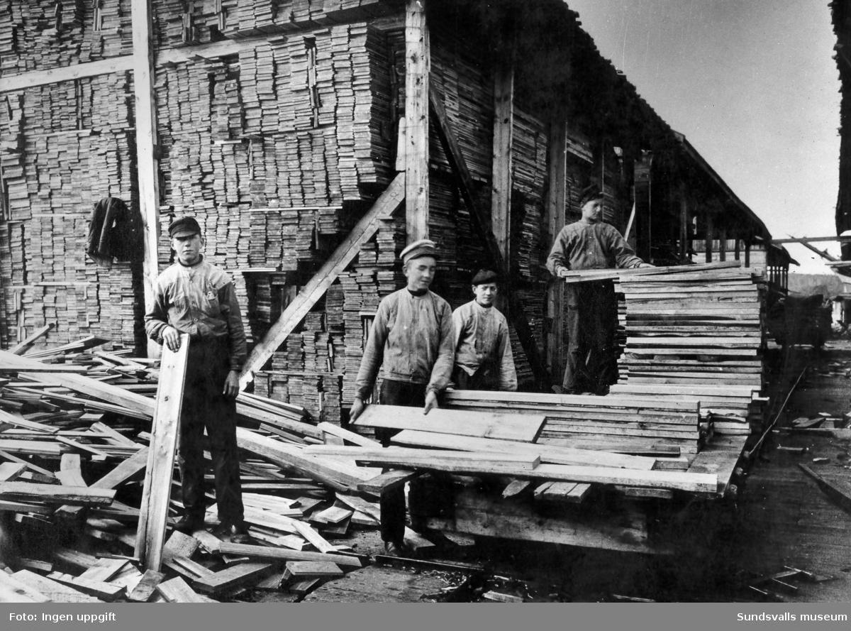 Wifstavarvs sågverk. Splitvedspojkar 1914.