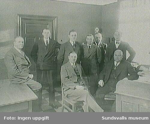 Elverkschefens tjänsterum; Stenlund, HenrikssonWåhlander, Svensson, Jönsson, Fagerlund, Petersson och ingenjör Sätterström.