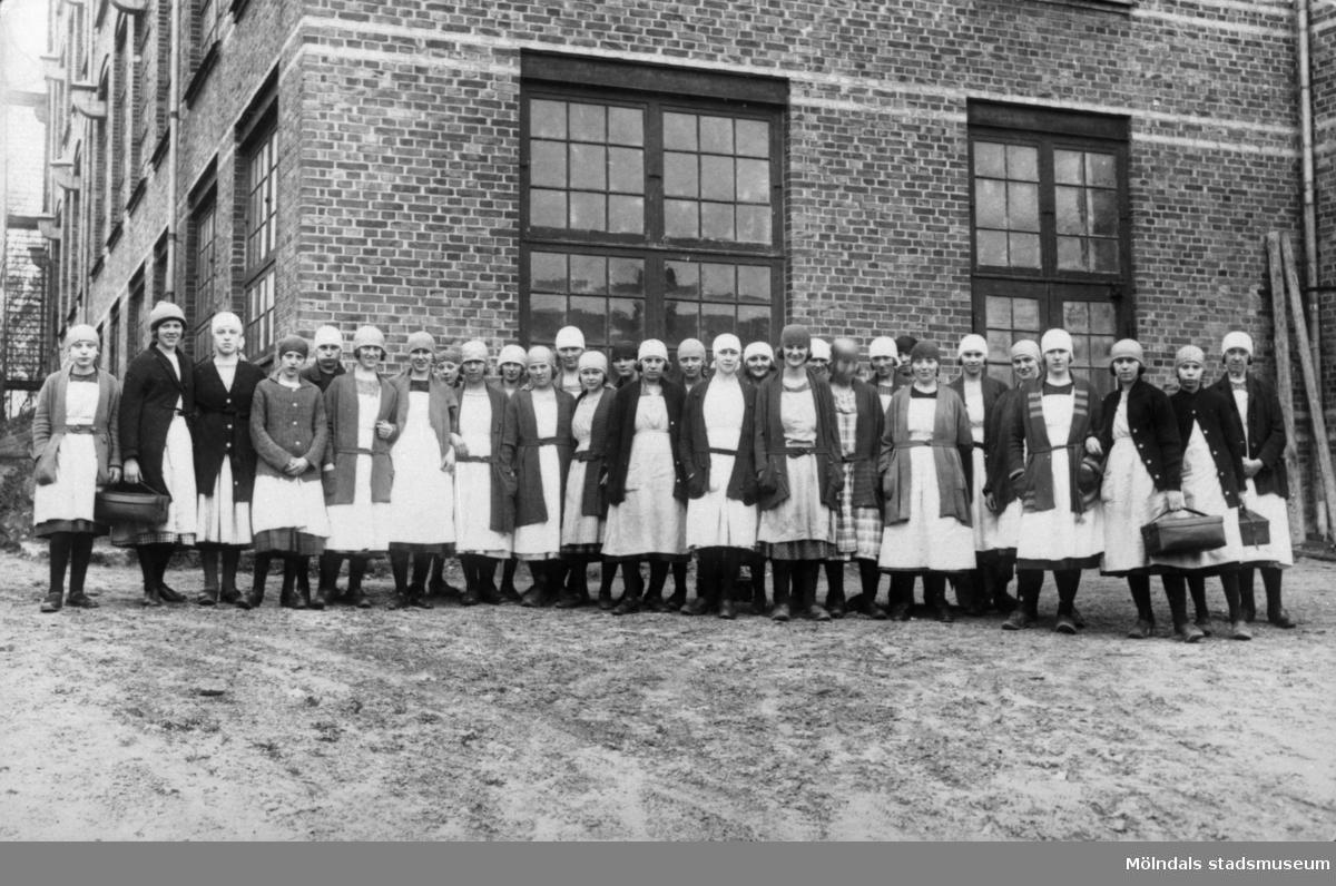 Spinneriarbeterskor framför nya spinneriet vid Anderstorps fabriker under 1930-talet.