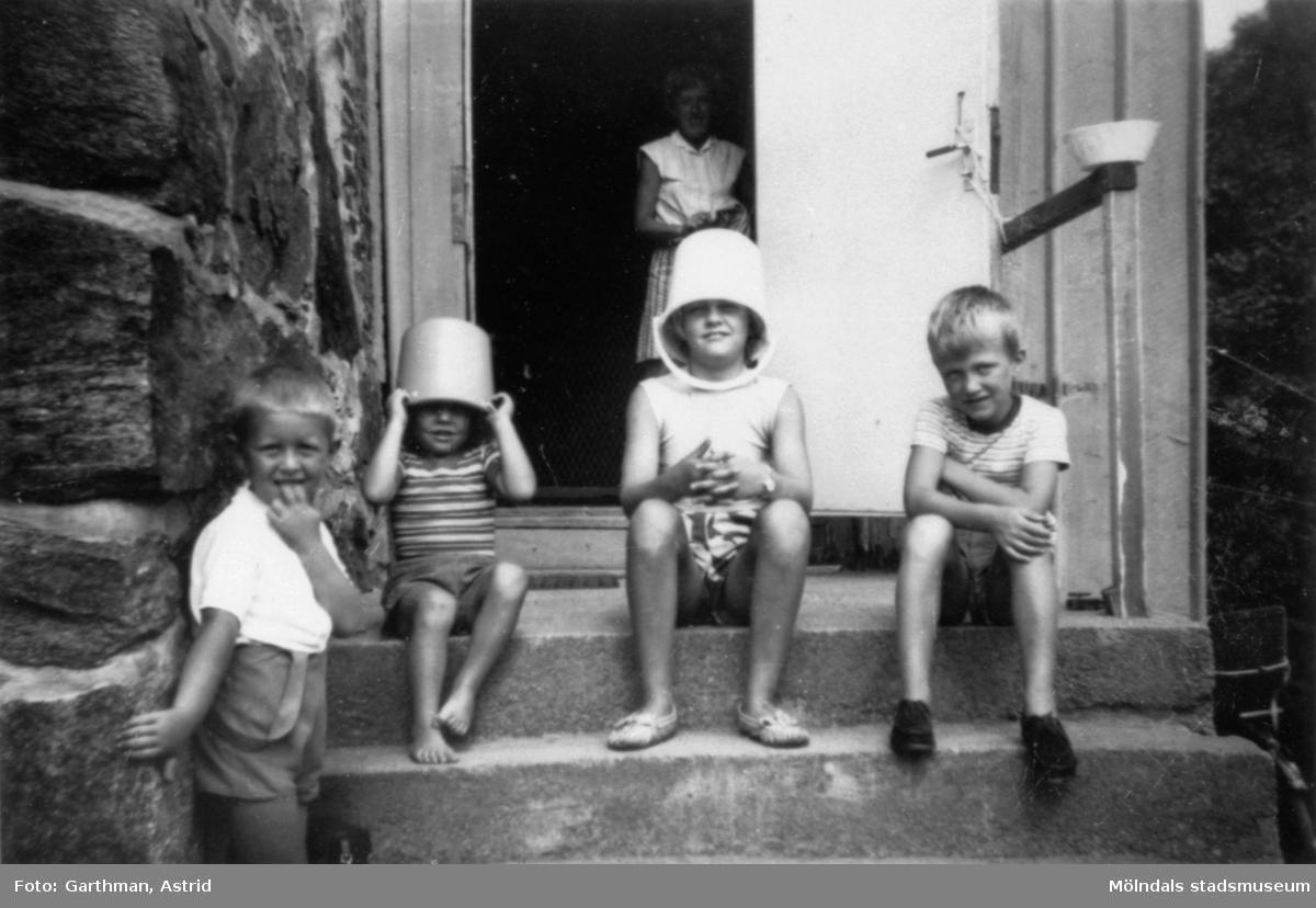 Kusiner utanför Solbacken vid Gunnebo slott, 1950- 60-tal. Från vänster: Jerry Garthman, Reine Andersson, Gunilla Andersson. Barnet längst till höger är okänt.