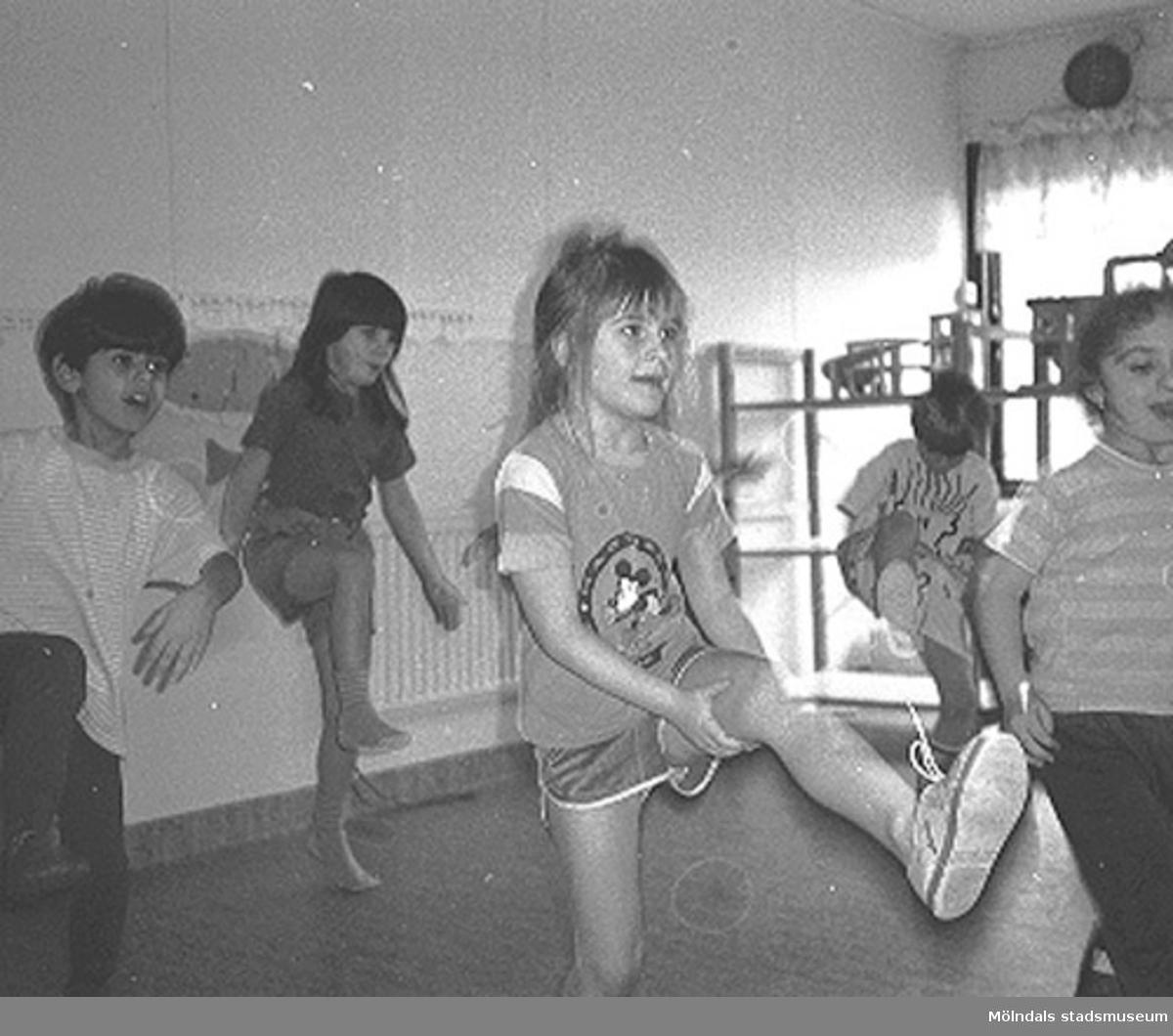 Fem barn har gymnastik inomhus. Närmast i bild är Jessika, Cecilia och Armin. Lunkentussen, Katrinebergs daghem 1992.