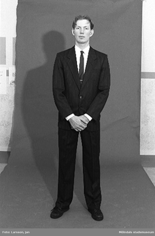"""Joakim Hjalmarsson iförd kostym använd av personalchef på Volvo. Inför utställningen """"Krinoliner och kortkort"""" på Mölndals museum."""
