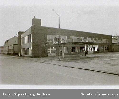 Östra Långgatan 7. Bensinstation. Byggnaden i bakgrunden är gamla Bilbolagets hallar.