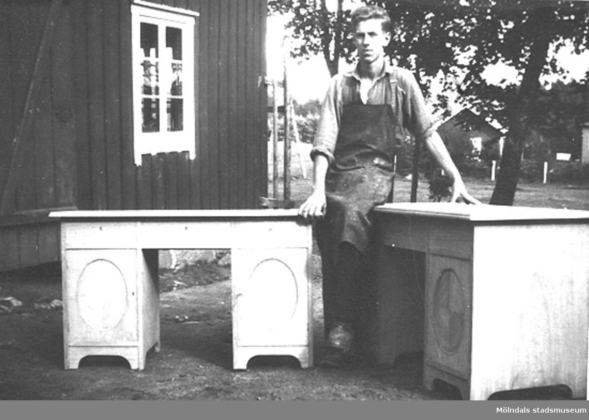Möbelsnickare Gustav Lagergren, f. 11/11 1909, sonson till Ernst Zachrisson.Bilden är tagen 1929, 1972 revs hela bebyggelsen i området och Lindome centrum bildades därefter.