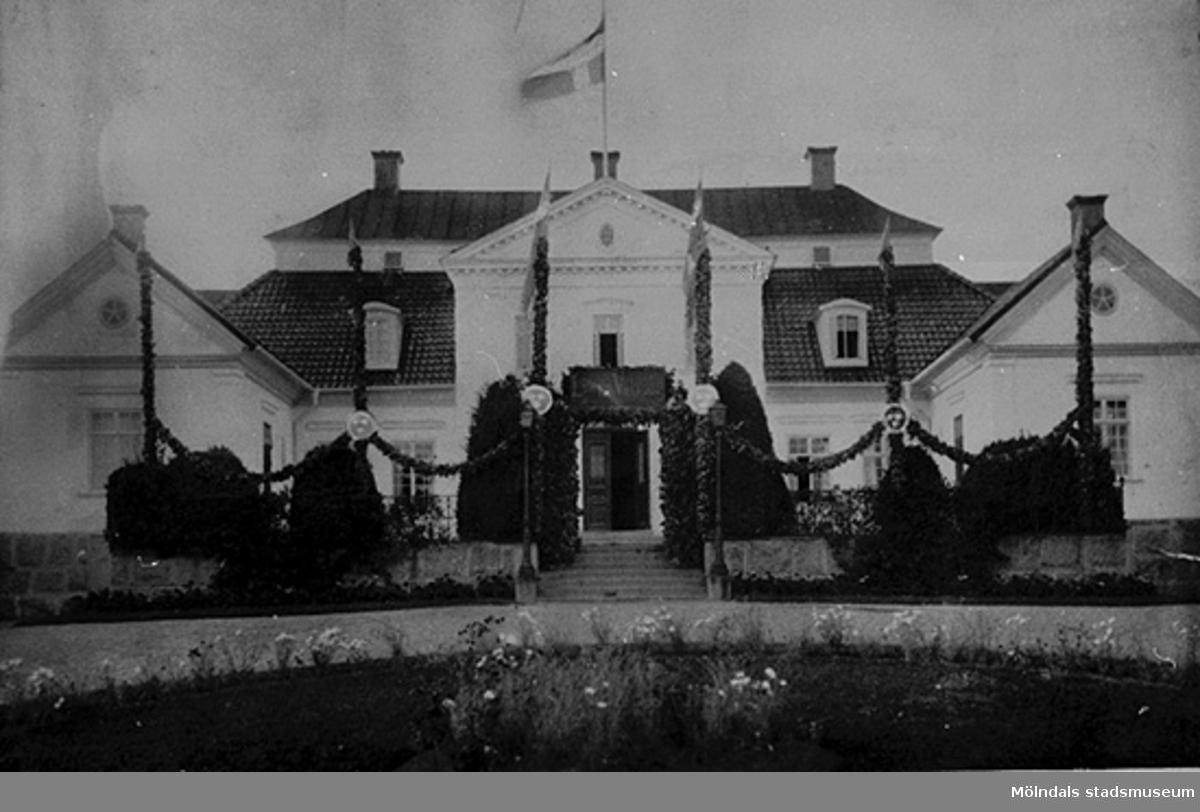 """Danbyholm i fästdrägt vid Margaretas hemkomst.""Margareta Sparres make Folke Sederholm bodde på Danbyholm."