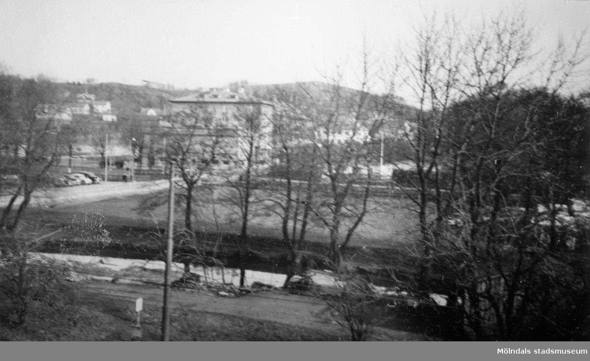 Utsikt från början av Kungsbackavägen mot Kvarnbygatan. I bakgrunden ser man Kvarnbygatan 1 (Röda Kvarns bio).