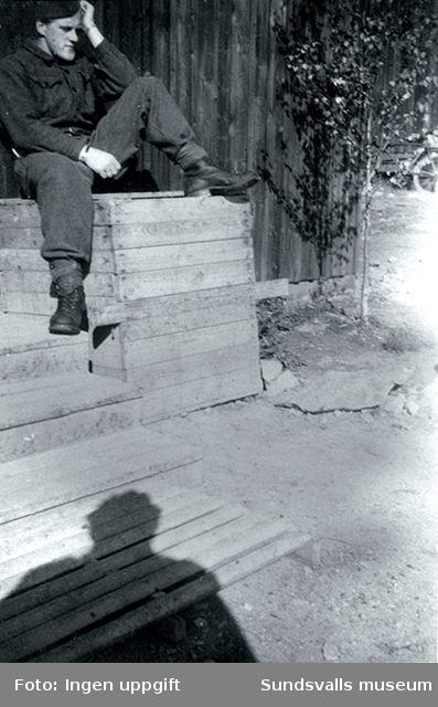 """En noe deprimert Vossing med hjemlengsel til Voss og Norge. Bildet er fra Stråtenbo.""  (Magnus Hovd, Mosby, augusti 1988)Stråtenbo var en polistruppsförläggning NV om Falun."