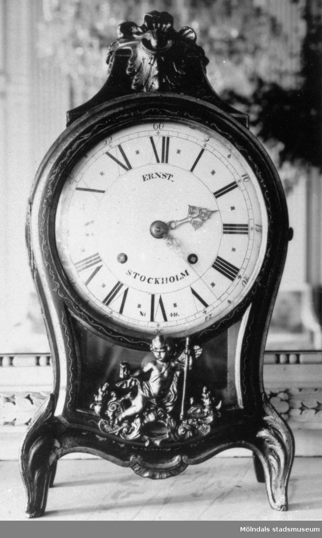 Bordsklocka tillverkad av urmakaren Petter Ernst (1714-1784), Stockholm, omkring 1775. För baksida se bild: 1995_0980. Gunnebo slott 1930-tal.
