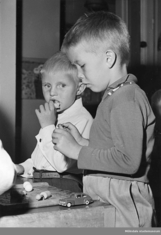 Två pojkar som leker med bilar. Holtermanska daghemmet 1953.