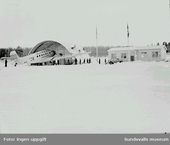 """""""Sundsvalls första flygplats"""" anlades på Skrängstasjöns is för att kunna ta emot evakuerade barn från Finland. Invigningen skedde 3 februari 1940. """"Landshövdingen i Västernorrlands län Arthur Engberg förrättade invigningen.Stark kyla rådde, och jag tror ej att jag sett ett så blåfruset ansikte som landshövdingens, då sällskapet åter anlände till Swedberg och Kronbergs kontor i Gamla Järnvägsstationen. Vår chef kapten Helmer Modin stod som värd, eftersom vår firma var ombud för AB Aerotransport (ABA), alltså föregångare till dagens SAS"""" berättar Anders Westerberg."""