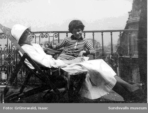 Sigrid Hjertén och sonen Iván Grünewald (f. 1911) på terrass, 1922.