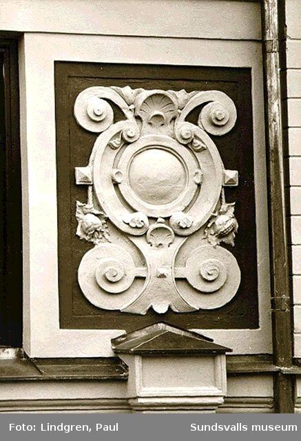 Tryckeribolagets fasad mot Bankgatan. Detaljer