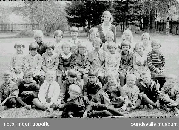 1931 års klass vid Kubikenborgs skola. Lärarinnan Greta Öhman. Sittande i främre raden 5 fr v Rune Back.