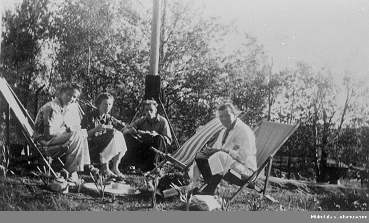 """Fotografens namn står som regel inte utsatt, men fotograf är oftast Kalle själv, ibland någon tidningsfotograf och ibland någon klubbkamrat. ilden är tagen i samband med cykelträning vid Svens pappas hus på Broslättsgatan. Detta är en av flera bilder från Mölndals cykelklubb. Klubben bildades 13/3 1922 (20 medlemmar) och var som bäst 1935-1937.Detta är en av flera bilder ur Karl Nygrens album. Karl arbetade på Mölndalstryckeriet och kallades """"Kalle tröckarn"""". Han var aktiv inom Mölndals cykelklubb (MCK)."""
