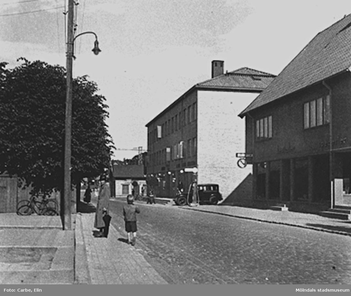 Till vänster ses Göteborgsvägen 1 och 3 och till höger Göteborgsvägen 14-2 (Elektriska kvarnen, skomakare Gustaf Adolf Petterssons fastighet, spårvagnshallarna och Pressbyråns kiosk).