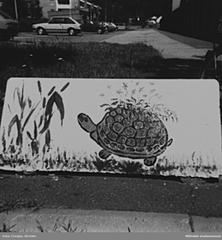 """De tre barnen Dos-Alva, Helena och Carita, då boende i bostadsrättsföreningen Tegen, målade """"suggorna"""" (väghindren) på föreningens område i början av 1980-talet."""