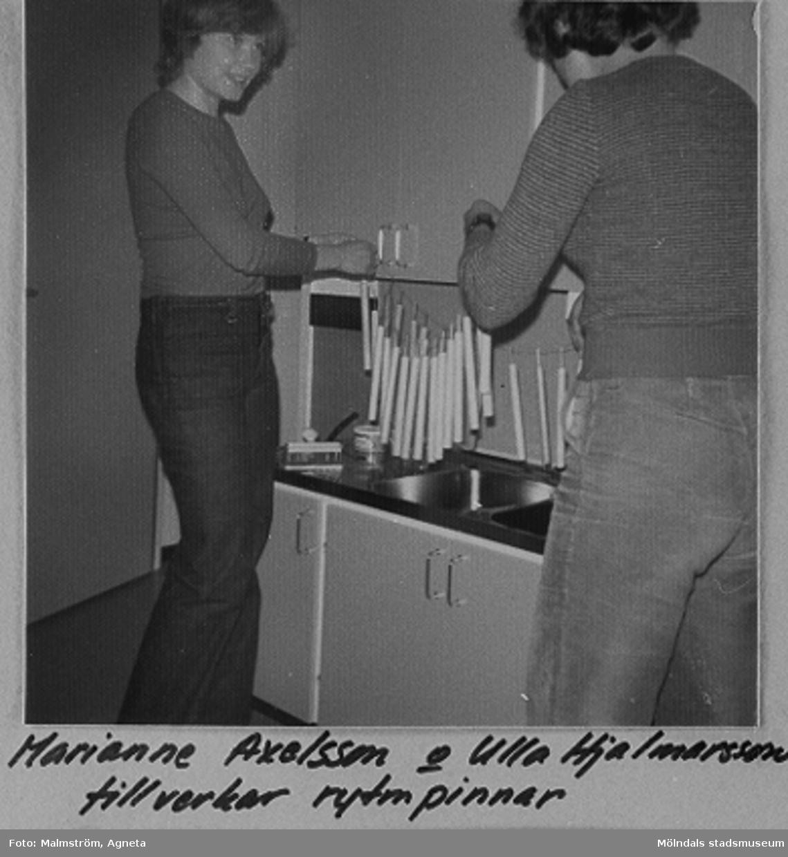 Bifrosts daghem startade hösten 1975. Personalen började ett par veckor innan barnen kom. Under denna tid tillverkades saker som senare användes i verksamheten. Marianne Axelsson och Ulla Hjalmarsson tillverkar rytmpinnar.