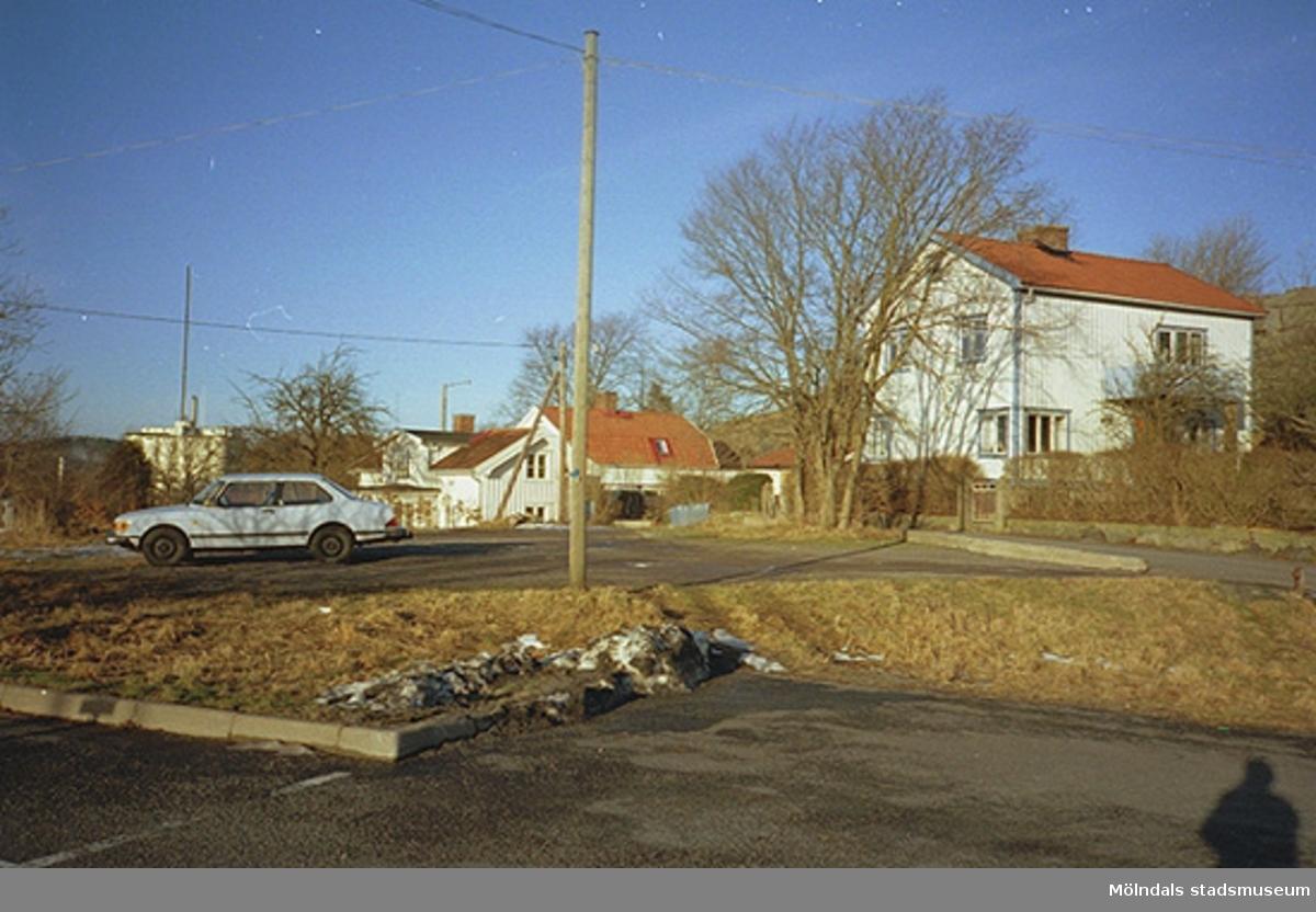 En parkeringsplats i Mölndals kvarnby, 1990-tal. Översta delen av Franckegatan ses i bakgrunden.