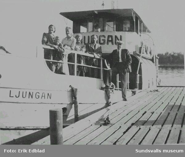 Fr.v. Sigrid och Tord Ödlund, okänd, Siri Edblad, okänd och Hilding Ödlund på passagerarfartyget Ljungan vid brygga, 1946. Sigrid Ödlund var moster till Siri Edblad.