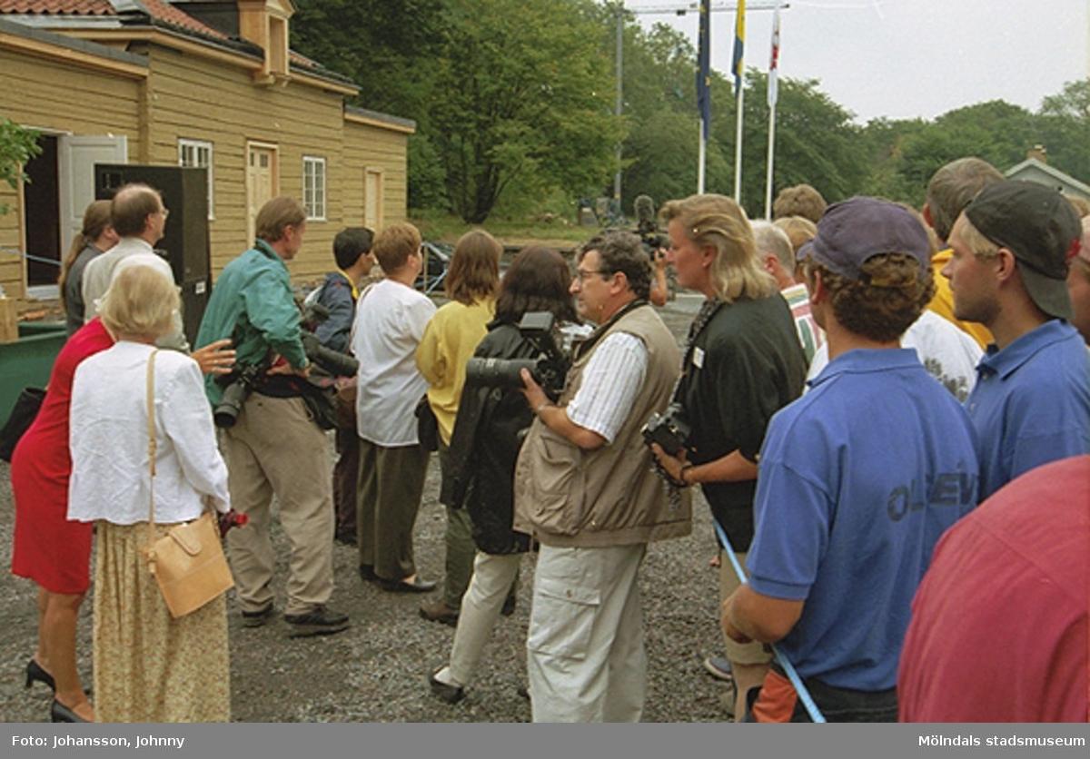 Fotografer och åskådare vid kungabesöket på Gunnebo 1997-08-27. Rodolfo Castex med kamera och beiga kläder i mitten, bakom honom står Samfasts chef Eva Andersson. Till höger i blommig klänning står Annika Högberg (informationschef).