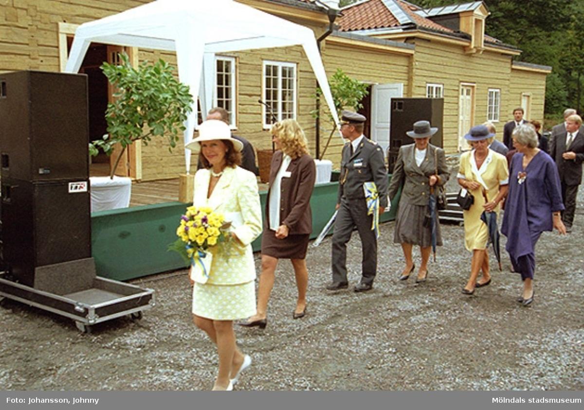 Drottning Silvia, Lena Vikström (i brunt), Inger Ernstsson (i blått), Marika Irvine (i vinrött) och Tor Mattisson (i grå/blått). Utanför Tjenstefolksbostaden - kafé och konferenslokal.