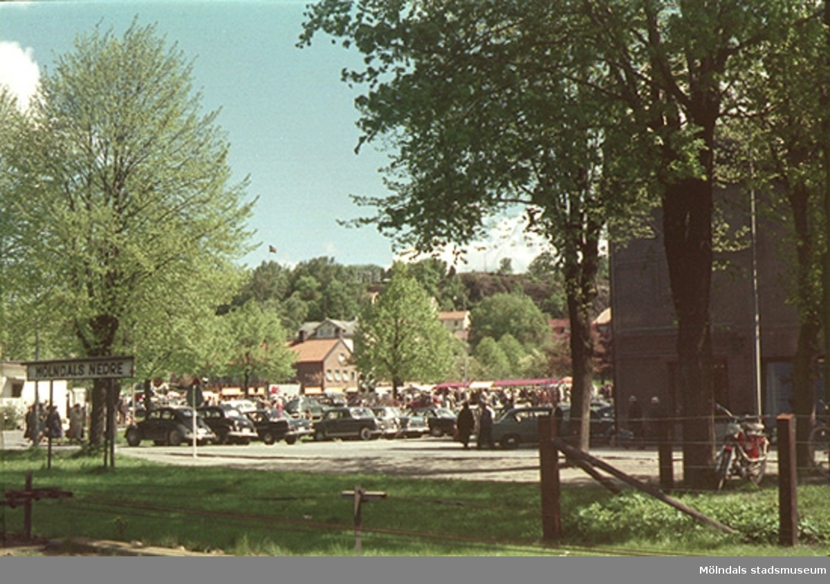 """I bakgrunden ses brandstationen, våren 1962.Från utställningen om Mölndalsbro; """"Mölndals bro - minnen, förändring, framtid""""."""