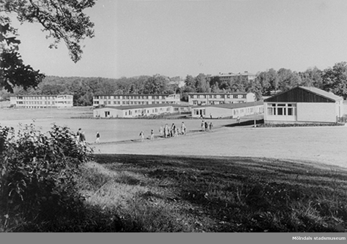 Detta blev långt senare Sagåsens flyktingmottagning. Streteredshemmet ses i bakgrunden. Okänt årtal.
