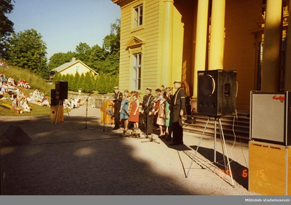 Sång- och musikunderhållning för publik utanför slottet.