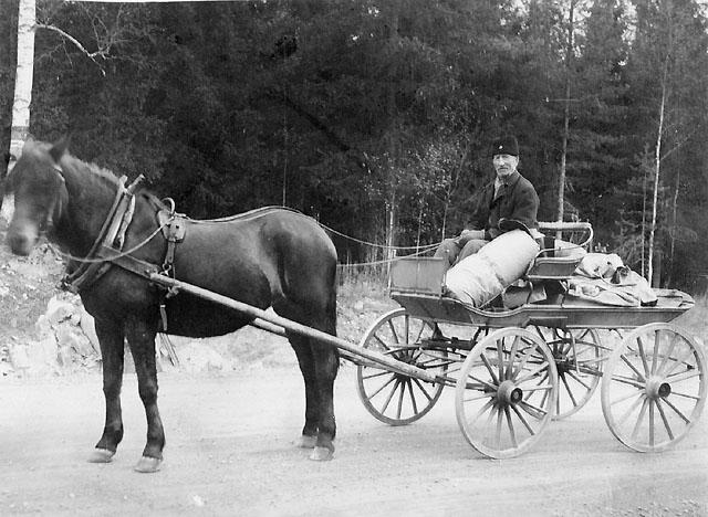 """""""Postmuseet Stockholm Den ifråvarande trotjänaren i Kongl. Postverket som jag insände fottografi av heter K.O.Ohlsson och är bosatt vid Prostgården i Bjursås, han är född 1862 och började som lantbrevbärare mellan Falun och Bjursås 1882 gick till fots den cirka 2 mils långa vägen. År 1889 blev Falu-Rättviksbanan färdig Falun-Grycksbo och sedan dess har Ohlsson fraktat posten derifrån dels som gående lantbrevbärare dels som postförare med häst tills han vid 74 års ålder avgick efter 55 års plikttrogen tjänst den sista december 1936. Högaktningsfullt P.O. Lindberg Lbb. Reg Bjursås"""""""