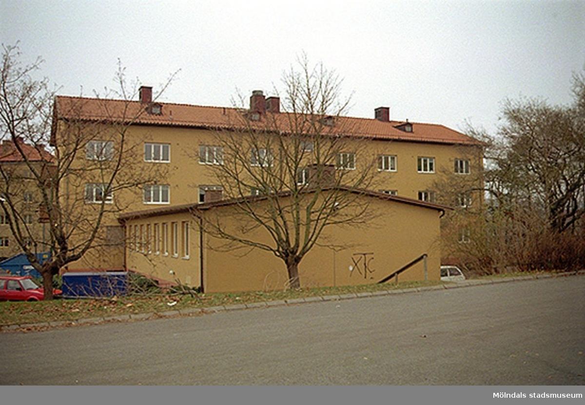 Byggnadsdokumentation av Häradsgatan 1, oktober 1998 - januari 1999. Bostadshus med lägenheter mot väst. Huset var tidigare elevbostad till verkstadsskolan/yrkesskolan på Terrakottagatan. Blev senare kontor.