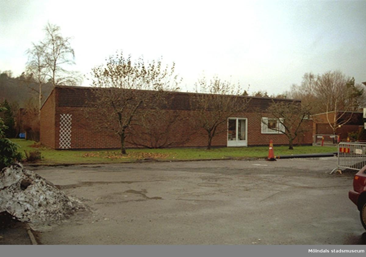 En av de röda tegelvillorna vid fastigheterna Ribbstolen och Torpet i Mölndal. Oktober 1998 - januari 1999.